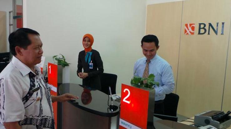 2 Temui Petugas Customer Service Bni